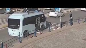Karşıdan karşıya geçmek isteyen vatandaşlara yol veren minibüs şoförünün çözüm biçimi
