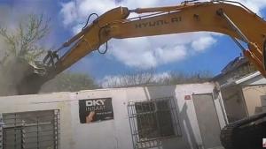 Yenisahra Mahallesinde DKY İnşaat Karot Aldığı Boztepe Sokakta bulunan binanın yıkımı yapılıyor