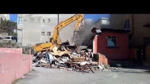 Yenisahra Mahallesinde, DKY İnşaat, Riskli gecekondunun yıkımını gerçekleştiriyor 4