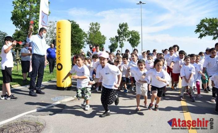 KADIKÖY'DE CADDE 10K SPOR FESTİVALİ RENKLİ GÖRÜNTÜLERE SAHNE OLDU