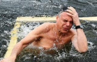Rusları daha iyi anlamak için buz gibi suya girdi