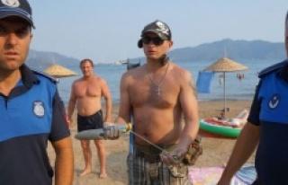 Rus turist Marmaris'teki plajda dedektörle arama...