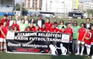 Kadın futbolcular 'Kadına şiddete hayır' tişörtleriyle...