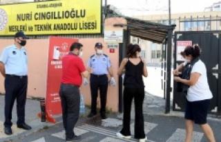 ATAŞEHİR'DE SINAVA GİREN ADAYLARA MASKE, DEZENFEKTAN...
